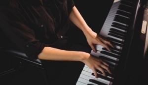 خرید پیانو دست دوم آکوستیک