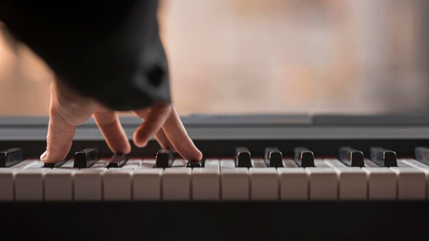 قرارگیری دست روی کلاویه های پیانو