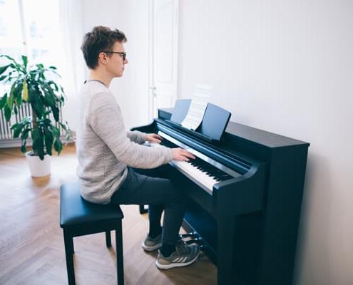 نشستن صحیح پشت پیانو