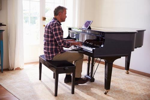 نیمکت برای نوازندگی پیانو