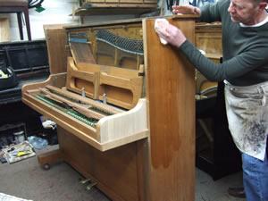 پالیش پیانو توسط تکنسین