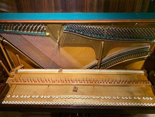 بازسازی پیانو روسی داخل کارگاه