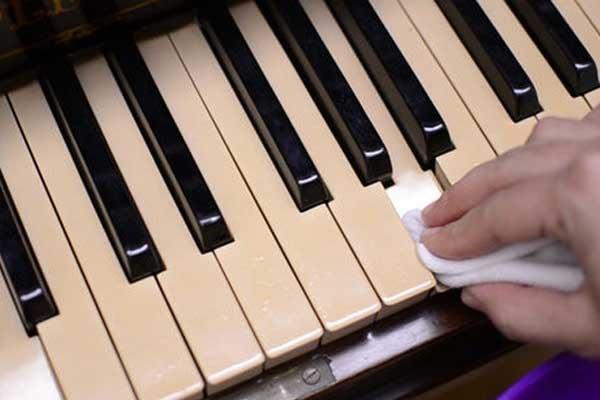 نظافت کلید های عاجی پیانو